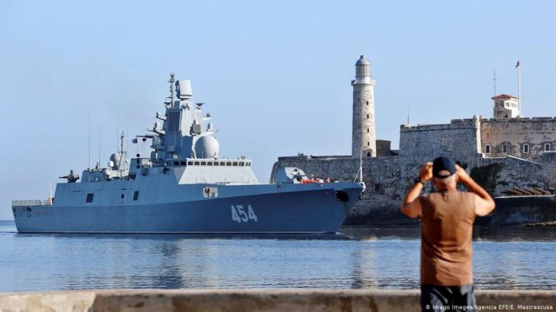 """Русский ракетный фрегат """"Адмирал Горшков"""" входит в порт Гаваны."""