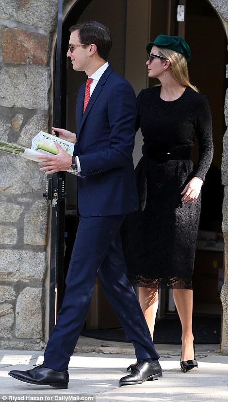 Иванка Трамп (Яэль Кушнер) со своим мужем Джерадом Кушнером выходят из синагоги.
