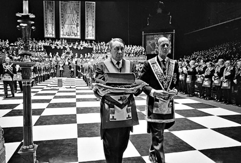 Масончеги проводят свой масонский ритуал во время заседания ложи.