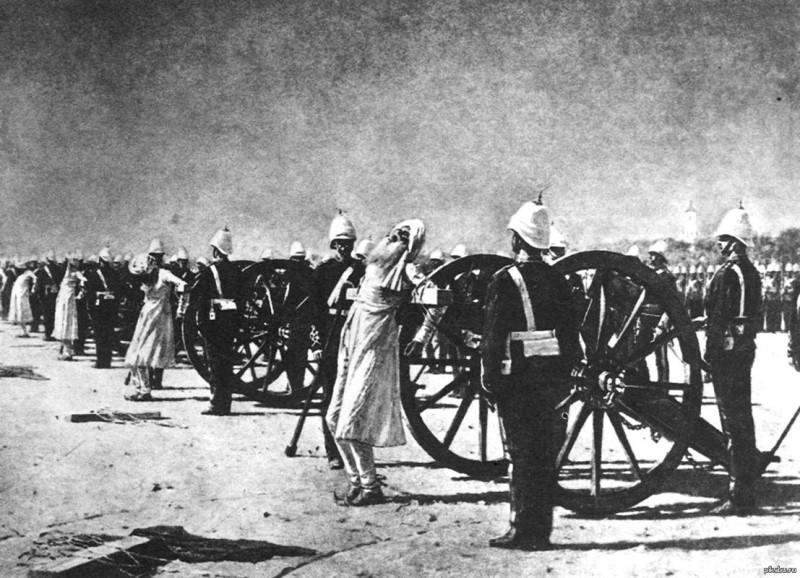 Одно из зверств англичан в Индии - расстрел через пушки. Тело несчастных индусов во время этой казни разлеталось на куски, забрызгивая все вокруг кровью. Может быть, именно поэтому сраные бриташки одевали своих солдат-убийц в красные мундиры? Чтобы на них были не так заметны пятна крови убитых ими людей? Ведь красную одежду в Европе во время казни часто одевали палачи.