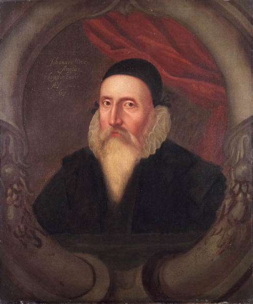 """Джон Ди (1527-1609) - сраный бриташка, алхимик, астролог, каббалист, """"маг"""" и оккультист. Вполне возможно, что его труды по оккультизму использовались при разработке оккультных ритуалов и символики масонства."""