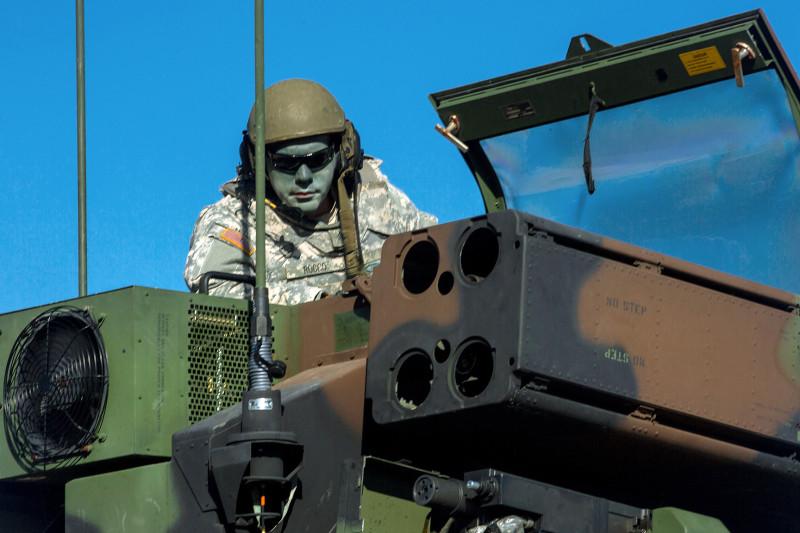 """Тупой пиндос нацеливает ракеты """"тактического комплекса ПВО"""" Avenger. Зачем этот придурок измазал себе рожу - понять невозможно, видимо, чтобы замаскироваться в кузове машины и """"не отсвечивать""""."""
