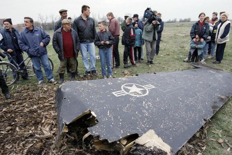 """Местные жители в Югославии осматривают остатки сбитого """"чуда техники"""" тупых пиндосов - """"невидимки"""" F-117."""