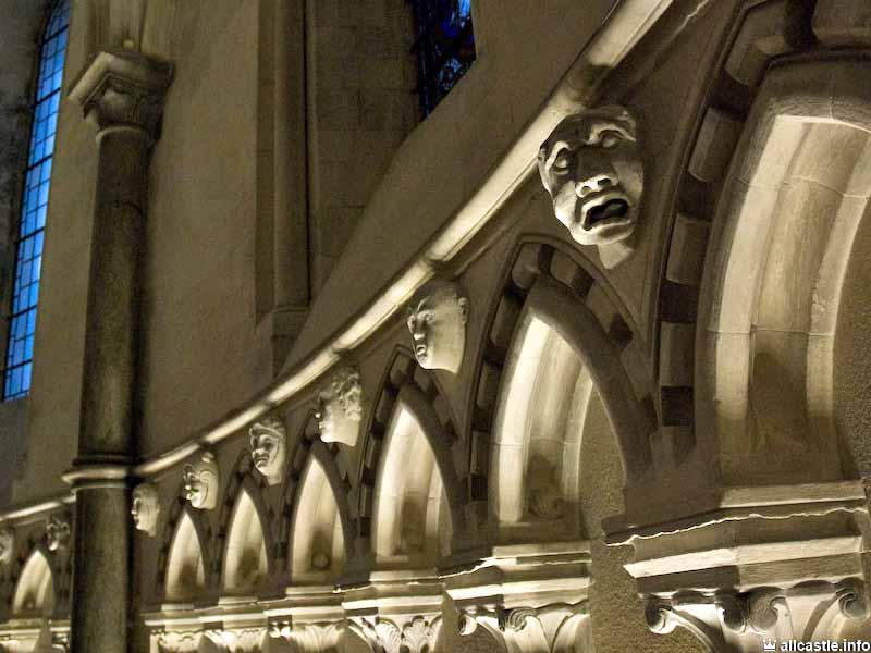 """""""Украшения"""" в церкви тамплиеров Temple Church в Лондоне. Тамплиеры оказали большое влияние на готическую архитектуру, и в готических соборах, которые они строили, можно найти не только характерные для готики изображения чудовищ, уродцев и чертей, но и множество оккультной символики."""