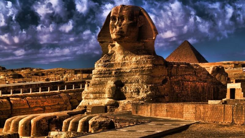 Сфинкс и пирамиды - один из главных символов культуры Древнего Египта. И символов всей человеческой цивилизации - так как именно в Древнем Египте зародилась вся современная цивилизация. В них -  стремление человека к бессмертию, к победе над смертью.