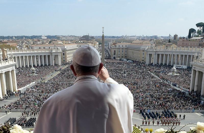Папа Римский выступает перед католиками в Ватикане. По сути Римские Папы стали новыми императорами Западной Римской Империи - правда, их власть основывалась уже не столько на легионах, сколько на власти духовной.