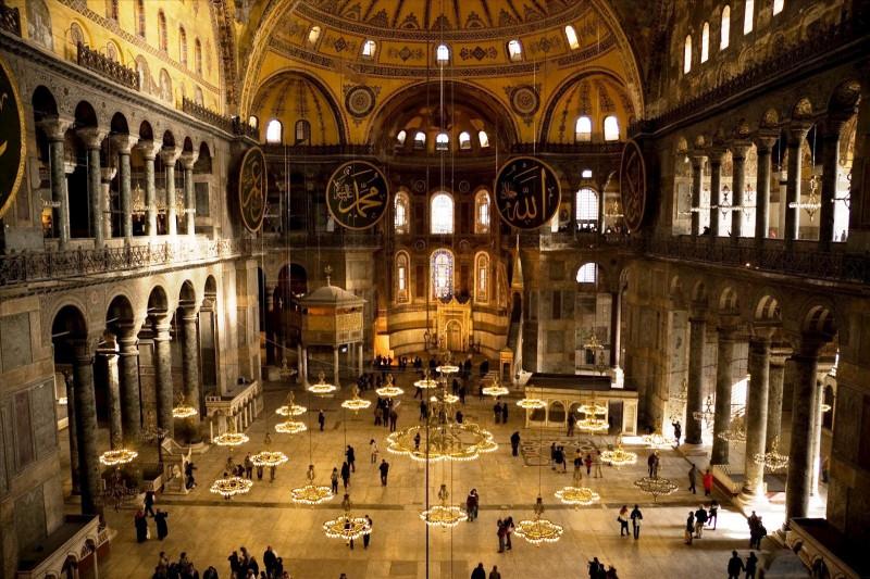 Собор Святой Софии в Константинополе. Был построен в 537 году. В это время европейчеги в массе своей еще жили в пещерах или земляных домах и строили только совсем простенькие церквушки.
