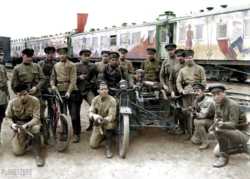 Большевики из агитационного поезда.