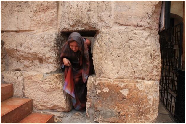 """Небольшой лаз - """"игольное ушко"""" - в крепостной стене города."""