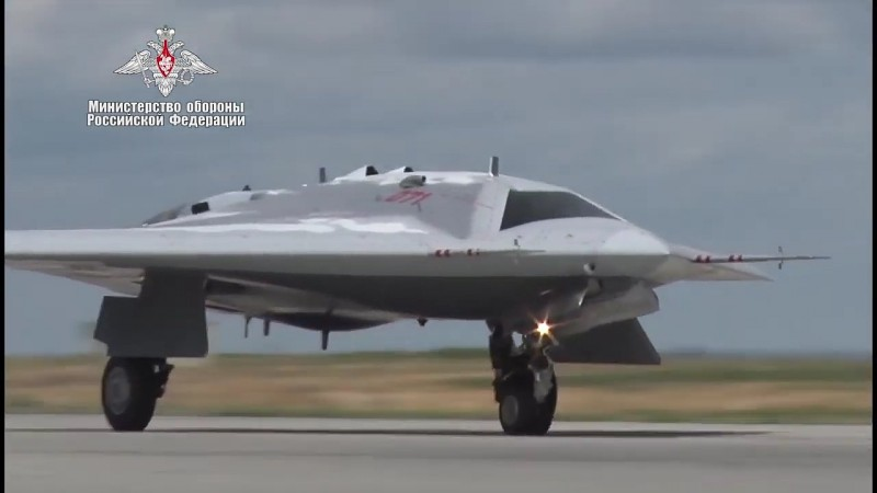 """Русский беспилотный авиационный комплекс С-70 """"Охотник"""" идет на взлет в своем первом автономном полете."""