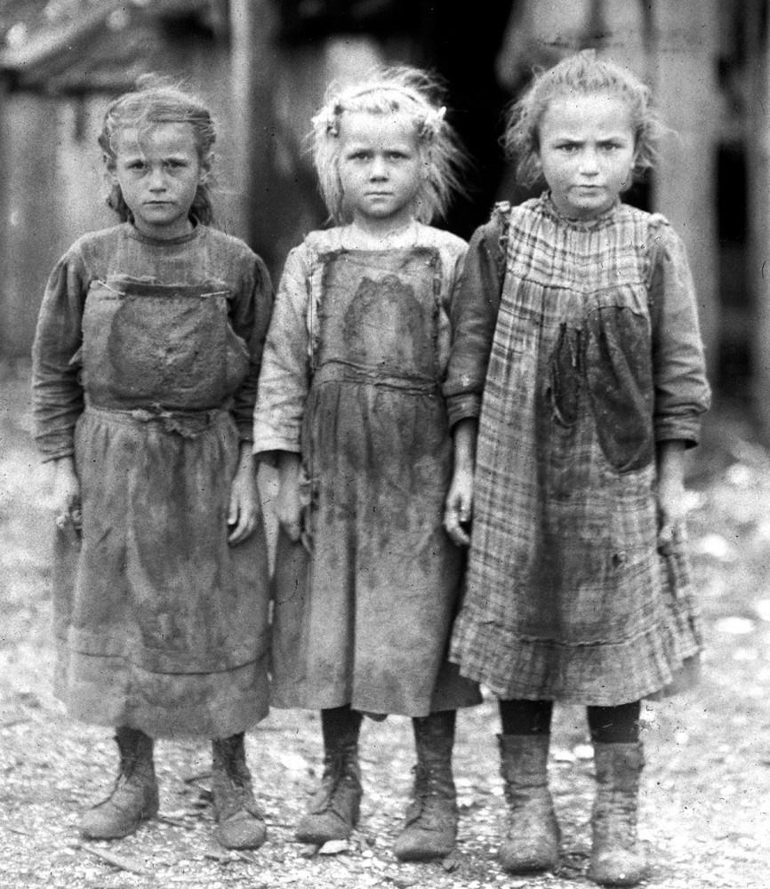 Юные чистильщицы устриц в США. Старшей из девочек - 10, младшей - 6 лет. Порт Ройял, Южная Каролина, 1911 год.