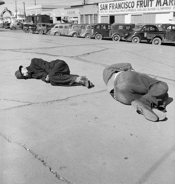 Обнищавшие тупые пиндосы спят на улицах Сан-Франциско во время великой депрессии.