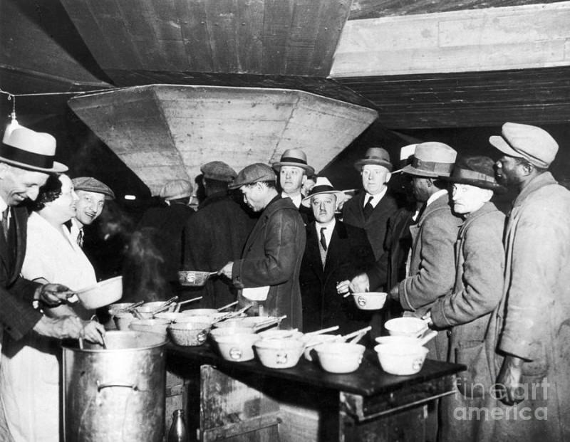 Раздача бесплатного супа обнищавшим тупым пиндосам во время великой депрессии в США, Нью-Йорк, 1931 год.