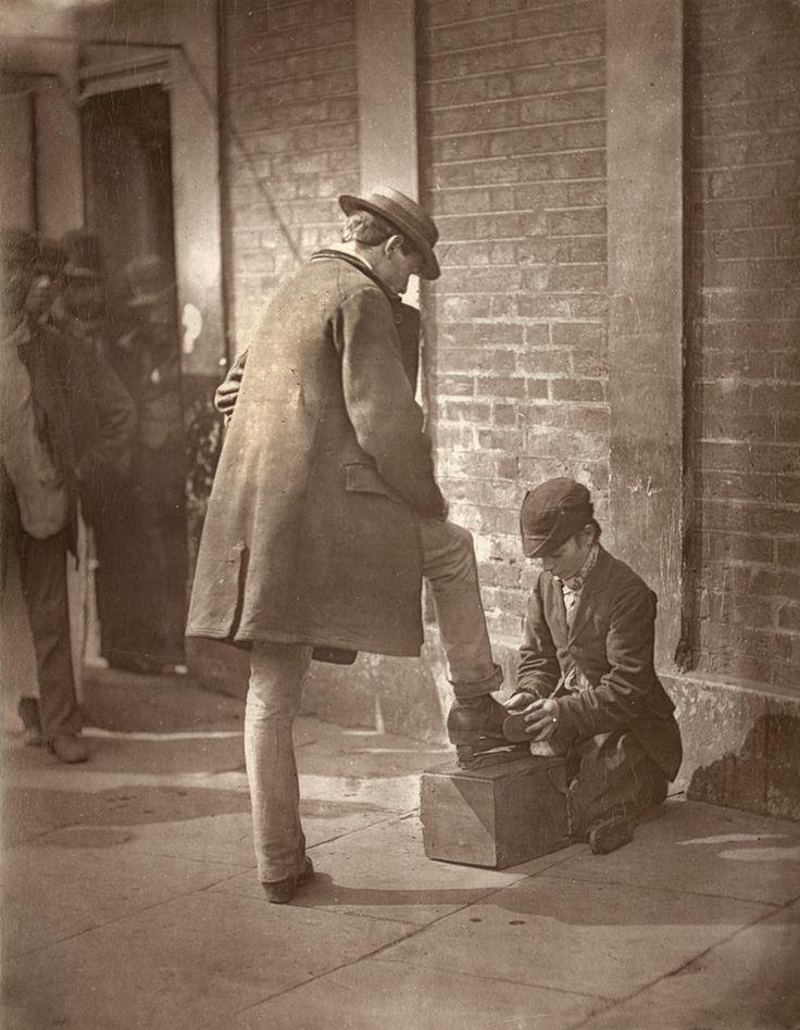 Чистильщик ботинок, Лондон, 1897 год. Сраные бриташки очень любят, когда им кто-то чистит ботинки, и любят класть свои копытца на стол.