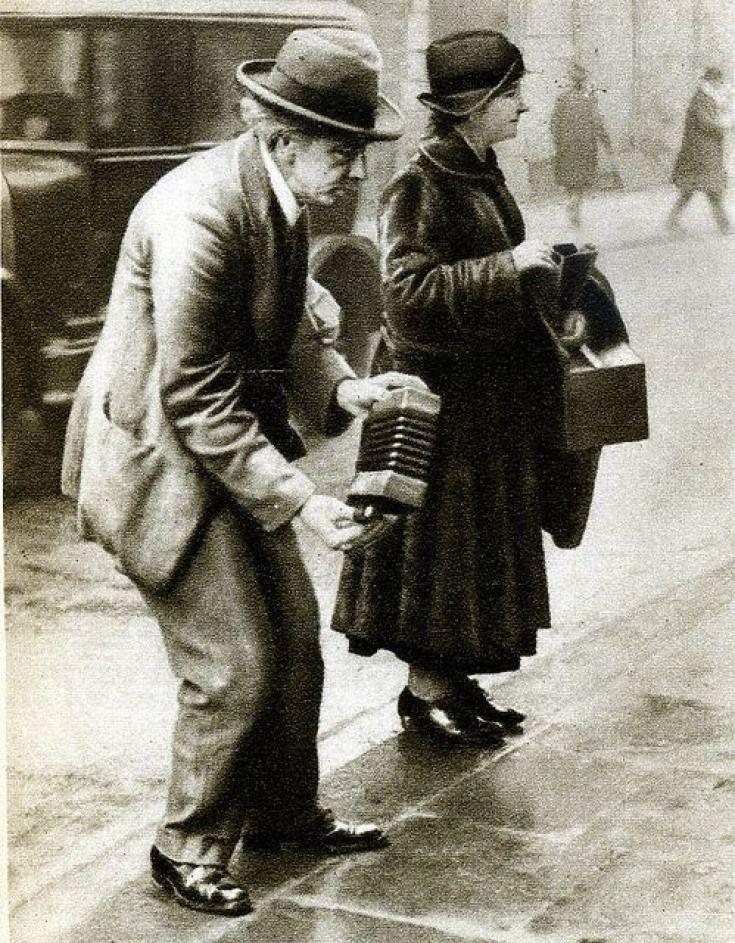 Уличные музыканты престарелого возраста зарабатывает себе на старость на улицах Лондона.