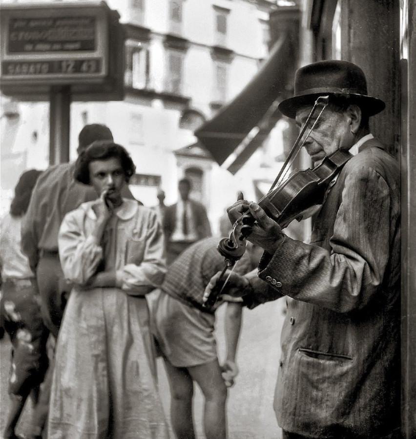Нищий сраный бриташка на улице Лондона зарабатывает деньги игрой на скрипочке.