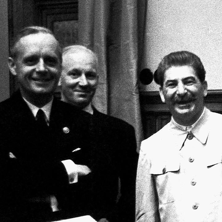 """Тупая грузинская чурка (справа) и Риббентроп (слева) сразу после подписания """"Договора о ненападении между Германией и Советским Союзом"""" (пакта Молотова-Риббентропа) 23 августа 1939 года. Грузинская большевицкая чурка выглядит очень довольным, но в итоге эта чурка очень сильно обосрался - Германия все же напала на Совдепию, и эта война принесла нашему народу и стране невероятные жертвы и разрушения."""