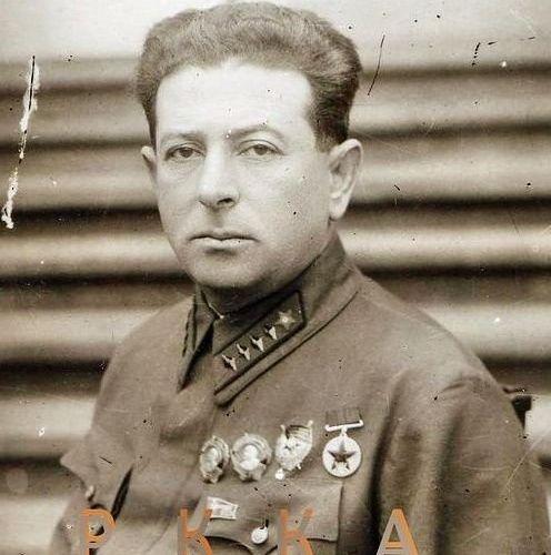 Еврейский большевицкий дегенерат Лев Мехлис - любимый политрук Джугашвили. Несет личную ответственность за напрасную гибель сотен тысяч советских солдат, которых он по заданию Джугашвили гнал в совершенно бессмысленные и самоубийственные атаки на немецкие пулеметы в первые годы войны.