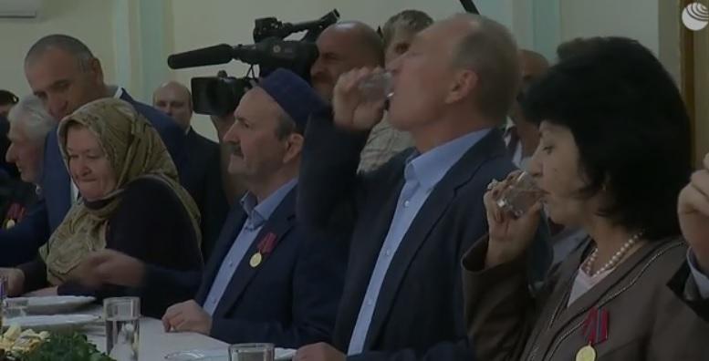 """Советский чекист Путин опрокидывает стакан водки в компании кавказцев и других советских людей, чтобы доказать, что """"он не слюнтяй"""", и чтобы поддержать в России советскую """"культуру быта"""". Типа он """"фронтовик"""" как бы, """"боевые сто грамм"""" в рот себе опрокинул."""