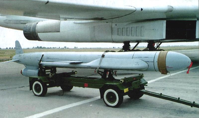 Крылатая стратегическая ракета X-55 у крыла бомбардировщика Ту-160.