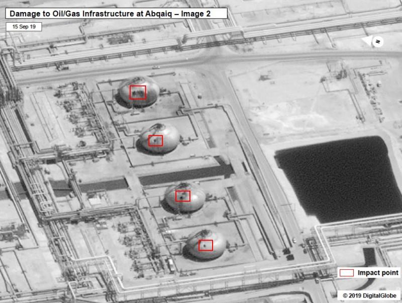 Дырки в нефтехранилищах в Абкайке, в Саудовской Аравии, после атаки хуситов 13 сентября (спутниковые снимки от Digital Globe). Дырки приличные, и точность хорошая - вряд ли такие повреждения можно было нанести с помощью беспилотников.