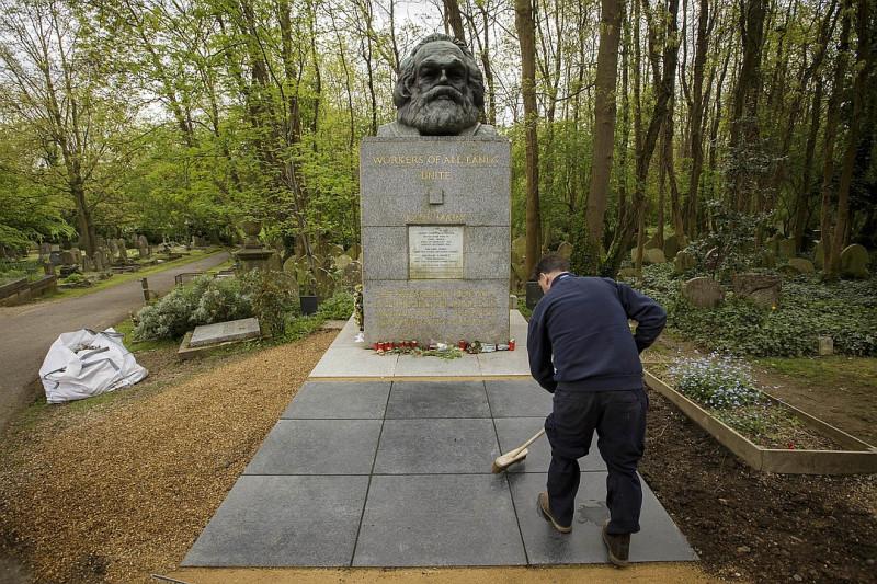 Могила Карла Маркса - самого успешного агента британских спецслужб - в Лондоне. Это чудовище на службе британских людоедов смог потрясти всю Европу и весь мир.