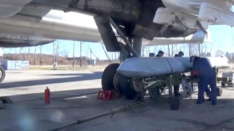 Русская крылатая стратегическая ракета X-101 под крылом стратегического бомбардировщика Ту-160.