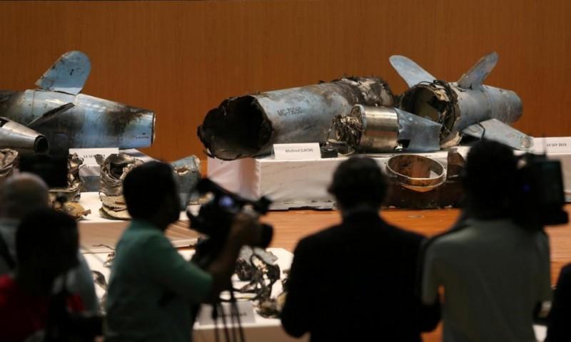 """Остатки ракеты хуситов """"Quds-1"""" на презентации Минобороны Саудовской Аравии."""