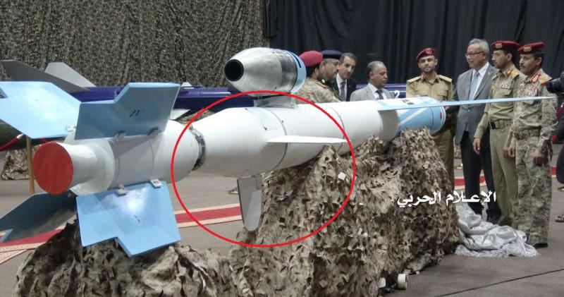 """Крылатая ракеты """"Quds-1"""", представленная хуситами в прошлом году. Ракетный ускоритель в задней части ракеты после ее запуска и разгона через какое-то время отделяется, красным кружком показана часть ракеты с хвостовым оперением, остатки которой показаны на презентации саудитов."""