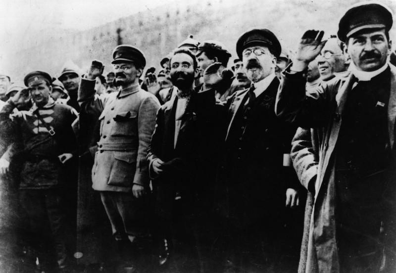 """""""Большевички"""". Еврею из богатой семьи Лейбе Бронштейну нужно было лишь сменить лапсердак на кожаную куртку или китель - и он тут же становился деятелем коммунистического движения Львом Троцким, который ведет мировой пролетариат к победе коммунизма."""