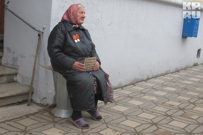 РФ - страна страшная и людоедская. Сначала людей десятилетиями грабили коммунисты, а потом их еще раз ограбил Ельцин и Чубайс. Но эти старики и старушки с советскими медальками на груди заслуживают к себе человеческого отношения со стороны нашего общества и государства. Что бы по этому поводу ни думал и ни говорил еврей Чубайс и другие советские людоеды.