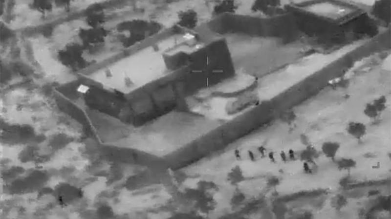 """Кадр из выпущенного Пентагоном кинофильма """"Крутые американские рейнджеры штурмуют крепость, в которой укрывается главарь террористов аль-Багдади""""."""