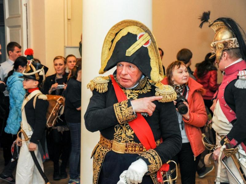 Доцент истории Соколов в форме Наполеона.