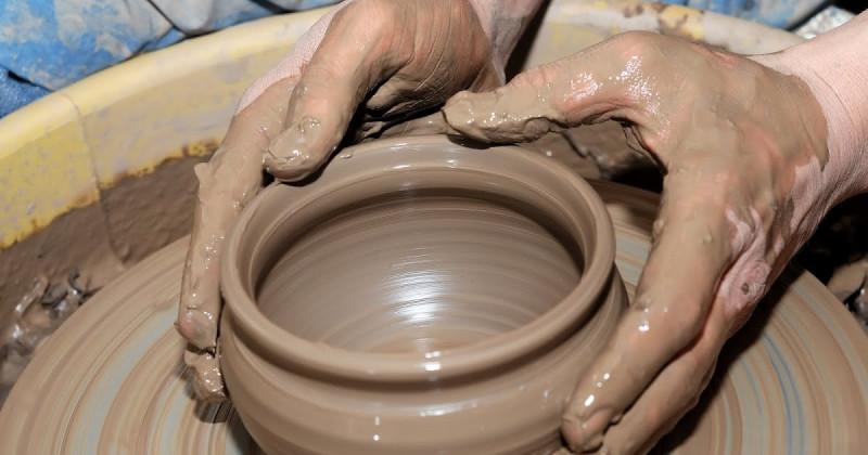 На гончарном круге материя - глина - под руками гончара обретает форму и становится вещью. Но как придает форму вещам сама природа? И что есть эти формы природы?