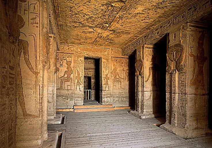 Похожим образом мыслили пространство и египтяне, но поскольку у них была очень особенная религия, в центре которой было преодоление смерти, Вечность и Бессмертие, все же организовывали пространство они совсем иначе, чем греки.