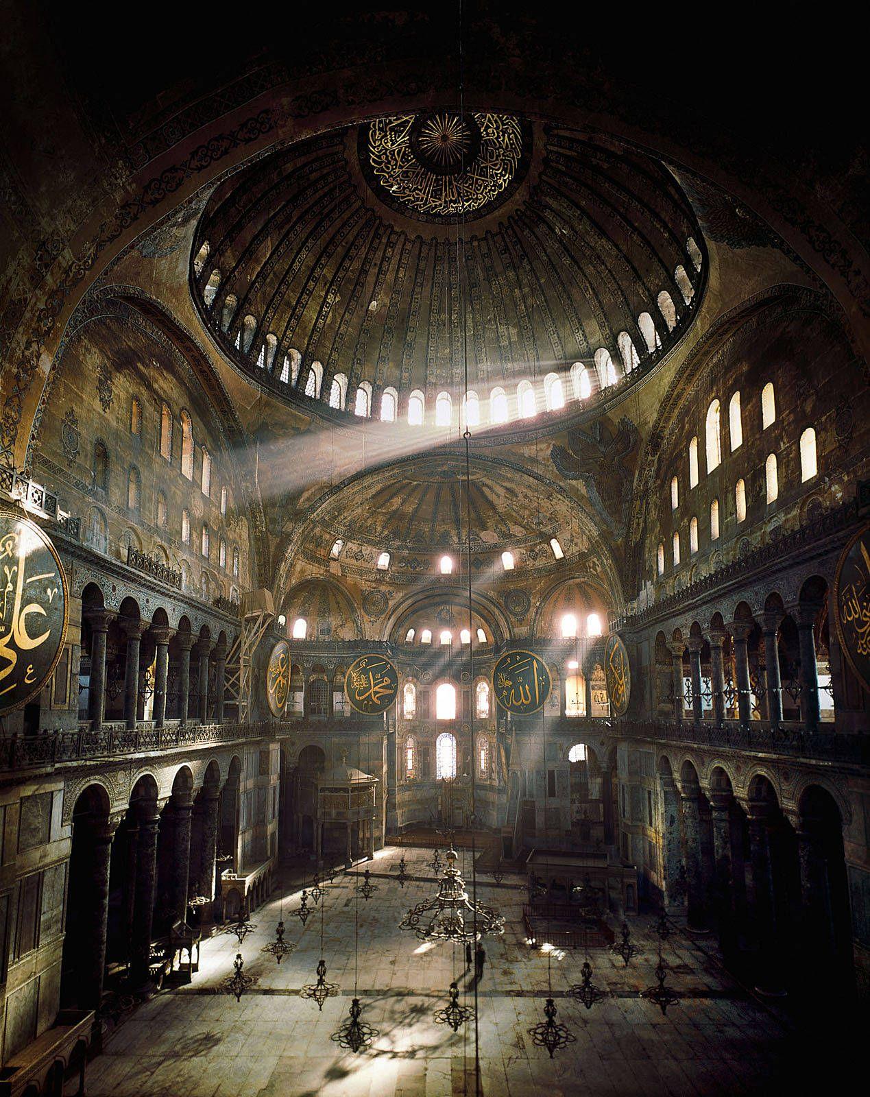 Храм Святой Софии в Константинополе. Греки понимали пространство как космос, и умели организовать пространство в смысловую и эстетическую действительность.