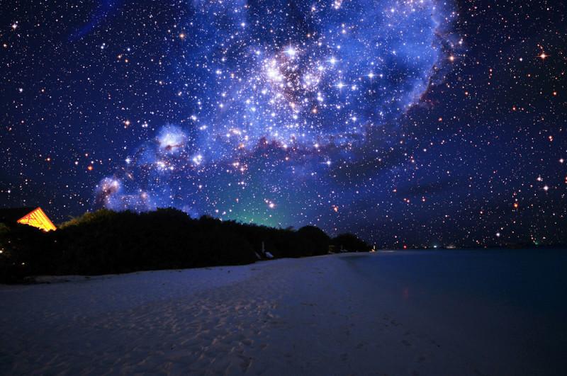 Гравитация делает возможным существование пространства и времени и отдельных вещей в их геометрических формах, а свет (электромагнитная волна) делает возможным видимость нашего мира и вещей в этом мире - в том числе далеких звезд.