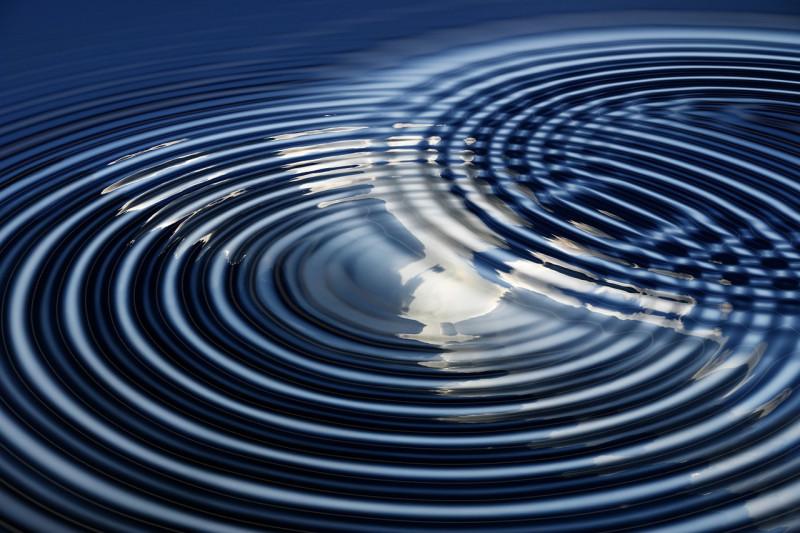 Волна - это геометрическая форма воды. И, как и всякая форма, она идеальна (нематериальна). Но волна - как идеальная геометрическая форма воды - возникает из самой воды через отношения (взаимодействия) воды с собой и с другими формами материи.