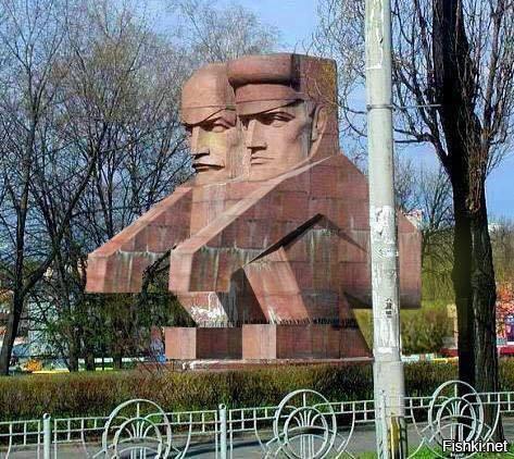 """Еще один характерный советский памятник, прозванный в народе """"Срущие чекисты"""". Конкретные пацаны-чекисты чисто так по-пацански присели и сурово бдят за народишком."""