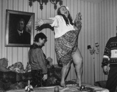 Галина Брежнева, дочь коммунистического упыря Леонида Брежнева, танцует на столе.