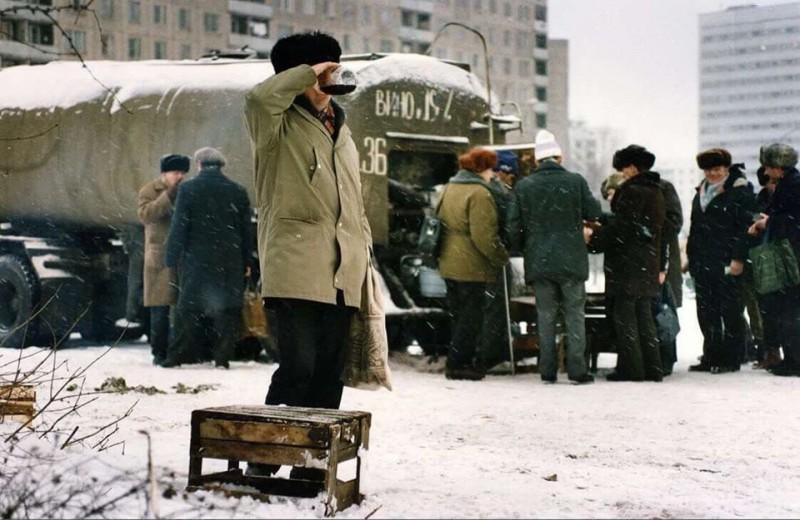 """В поздней Совдепии коммунисты и жиды придумали для русских совков-мужиков еще одну """"радость"""" - налить дешевого винца из бочки на улице в банку или бидончик, а потом тут же его распить во дворе в компании других мужиков. Разве это не счастье? Поганые коммунисты и жиды не только убивали русских миллионами и десятилетиями морили их голодом и лишали нормальной человеческой жизни - они еще и чудовищно изуродовали русский народ ментально и нравственно, лишив людей стимулов к труду и спаивая целые слои населения."""