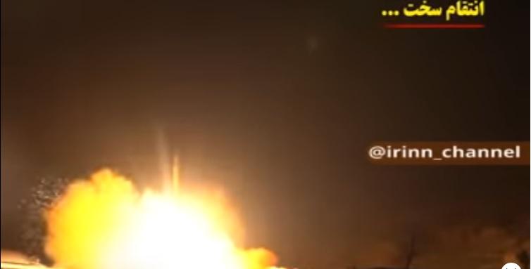 Иранская ракета взмывает в ночное небо, чтобы обрушиться на головы заокеанских придурков.