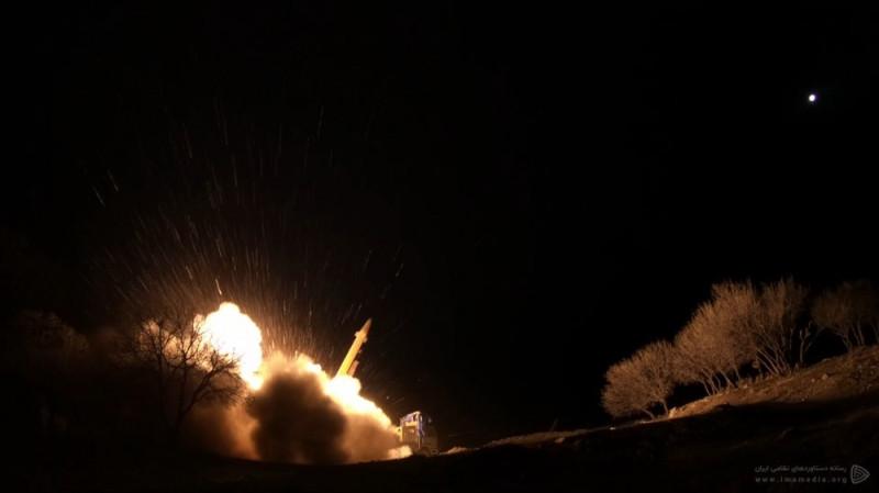 Запуск Ираном ракеты Zolfaghar с мобильной пусковой установки в ходе удара по авиабазам тупых пиндосов в Ираке 8 января 2020 года.