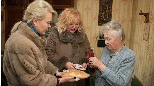 """Чиновницы Керчи в норковых шубах пришли поздравить старуху-блокадницу. И подарили ей волшебную лепешку караимского хлеба. """"На-ка, скушай, тварь! И только скажи, что недовольна!"""""""