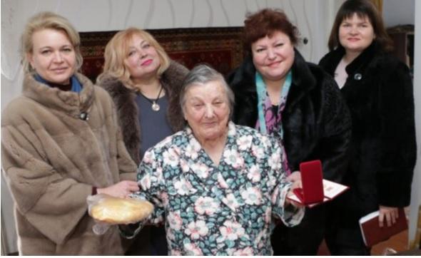 """Керченские чиновницы держат за руки """"счастливую"""" блокадницу после вручения ей буханки караимского хлеба и медальки. Чтобы не убежала от такого """"счастья"""". От таких рож государства Эрэфии и в самом деле хочется бежать подальше."""