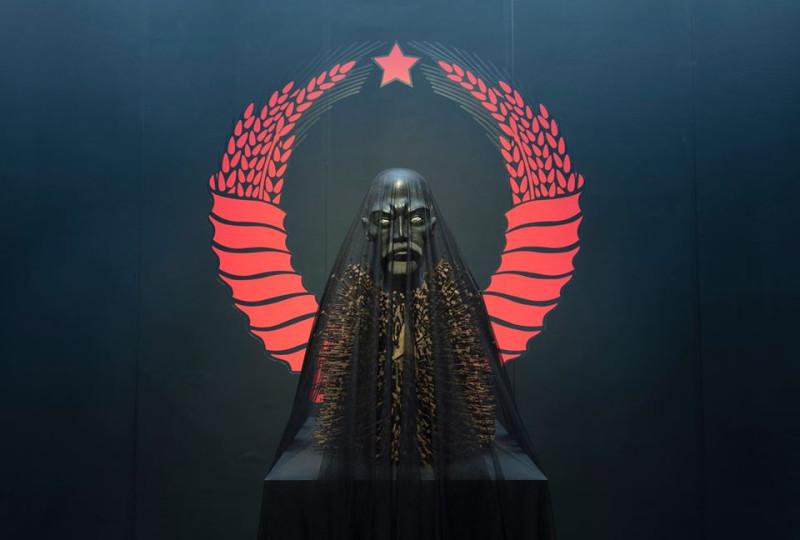 Совдепия - это что-то такое. Нечто совершенно дикое, ужасное и нечеловеческое с поганой мумией-идолом какого-то азиата, похожего на Батыя. Которого советские восхваляют с самого детства и которому они приносят многомиллионные жертвы.