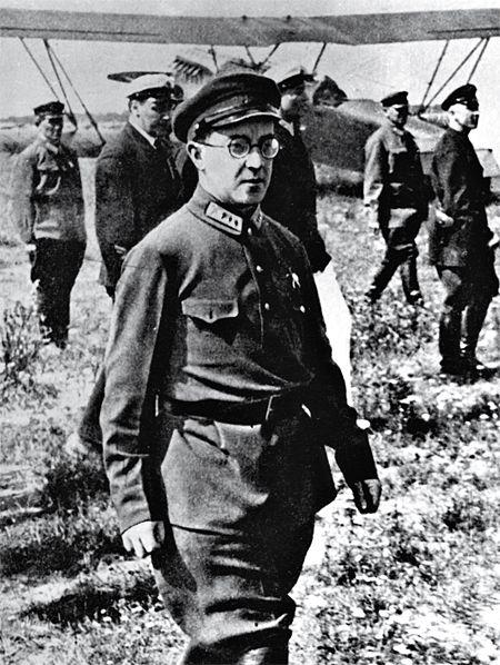 Кольцов в форме комиссара. Таких жидов-комиссаров тогда было полно, и с 1917 года такие шлимазлы в комиссарской или гебешной форме и составляли главную опору большевицкого и сталинского режима, распоряжаясь жизнями и судьбами миллионов русских людей.