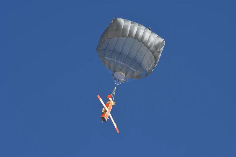 У этого беспилотника есть еще и парашютик! Опционально.
