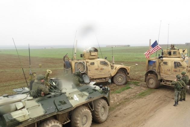 """Тупые пиндосы на северо-востоке Сирии решили поиграть в """"инспекторов ДПС"""" - перегораживают дороги своими убогими машинками, пытаясь воспрепятствовать движению наших патрулей в этой части Сирии. Наши этих придурков пока не трогают, но, думаю, скоро за них возьмутся всерьез."""