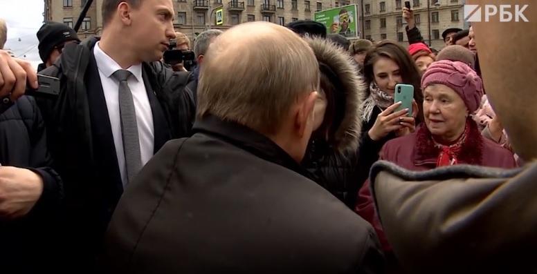 Путин общается с простым народом в Санкт-Петербурге после возложения цветочков к памятнику бандерлогу Собчаку. Как-то он не очень бодро смотрится - словно бы даже вжал голову в плечи, чтобы ему по голове не дали.